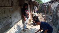 Tim Ahli Cagar Budaya serta Dinas Pariwisata dan Kebudayaan Kabupaten Indramayu saat mencoba menyelamatkan sebuah batu nisan peninggalan zaman Belanda yang dimanfaatkan untuk menutup lubang septic tank. (Ayobandung/ Erika Lia)