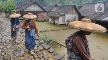 Ada pemandangan menarik pada bagian depan beberapa rumah adat Baduy Luar di Kampung Ciboleger Lebak Banten, nampak sebuah bambu besar dengan panjang sekitar 2 meter dilengkapi kran air ditancapkan di depan rumah. (merdeka.com/Arie Basuki)