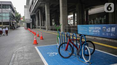 Suasana parkir sepeda di kawasan stasiun MRT Cipete Raya, Jakarta, Senin (14/10/2019). Pemprov DKI Jakarta bakal memberikan fasilitas parkiran sepeda di halte-halte bus Transjakarta sehingga warga bisa menaruh sepeda dan berpindah ke tranportasi umun. (Liputan6.com/Faizal Fanani)