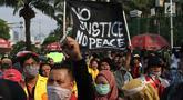 Sejumlah mahasiswa dari berbagai perguruan tinggi di Jakarta melakukan aksi unjuk rasa di depan Kompleks Parlemen RI, Senin (16/9/2019). Dalam aksinya, mereka menolak berbagai RUU yang sedang adan akan dibahas oleh para anggota dewan. (Liputan6.com/Helmi Fithriansyah)