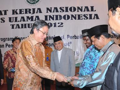 Citizen6, Pondok Gede: Sekjen KKP Gellwynn Jusuf menyerahkan Buku Kampanye Gemar Makan Ikan kepada para peserta Rakernas MUI di Jakarta. (Pengirim: Efrimal Bahri)