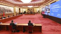 Presiden China Xi Jinping (keempat dari kiri) saat mengikuti KTT Luar Biasa G20 secara virtual dari Beijing, China, Kamis (26/3/2020). Para pemimpin dunia mengkoordinasikan respons global terhadap pandemi virus corona COVID-19. (Pang Xinglei/Xinhua via AP)