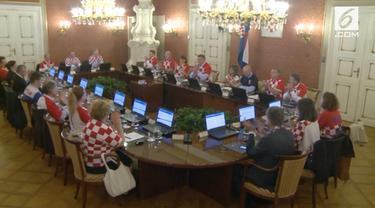 Para Menteri Kroasia kompak kenakan jersey saat sidang kabinet di Zagreb, Kroasia.