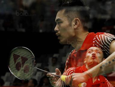Tunggal putera Cina, Lin Dan, saat melawan wakil Thailand, Kantaphon Wangcharoen, pada laga Indonesia Masters 2018 di Istora Senayan, Rabu (24/1/2018). Lin Dan takluk 21-15 21-19. (Bola.com/M Iqbal Ichsan)