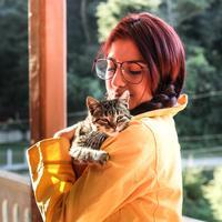 ilustrasi perempuan dan kucing/Photo by Mel Elías on Unsplash