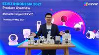 Country Manager EZVIZ Indonesia Howard Yoeng bersama produk EZVIZ untuk mendukung konsep smart home, mulai dari smart camera, smart lamp, smart lock, hingga air purifier (Foto: EZVIZ).