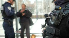Sebuah kamera tubuh melekat pada dada seorang anggota kepolisian di Marseille, Prancis, 15 Februari 2017. Penggunaan kamera tubuh kepada para anggota polisi setiap sedang berpatroli ini dilakukan untuk menekan angka kriminalitas. (BORIS HORVAT/AFP)