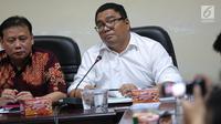 Anggota Bawaslu RI Fritz Edward Siregar (kanan) memberikan keterangan dalam konferensi pers gedung Bawaslu RI, Jakarta Pusat, Kamis (21/9). Konferensi itu membahas Tindak Lanjut Hasil Pengawasan Penyelenggaraan Pikada 2018. (Liputan6.com/Faizal Fanani)