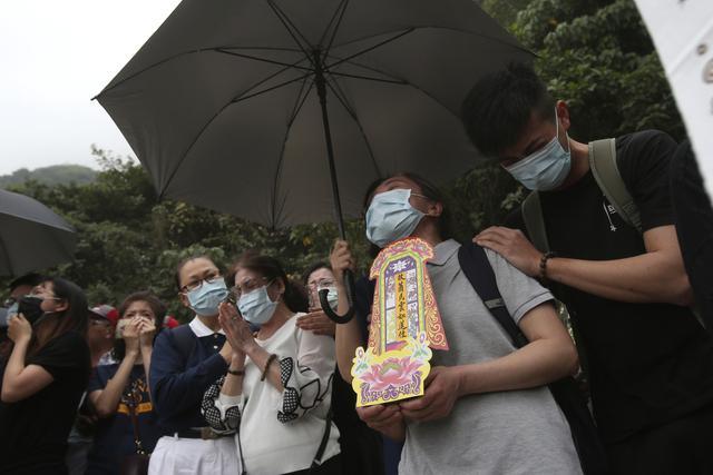 Keluarga korban kecelakaan kereta dekat Ngarai Taroko di Hualien, Taiwan, Sabtu (3/4/2021). Badan Pemadam Kebakaran Nasional Taiwan melaporkan korban jiwa tabrakan kereta di Hualien bertambah hingga 50 orang dan melukai 66 lainnya. (AP Photo/Chiang Ying-ying)