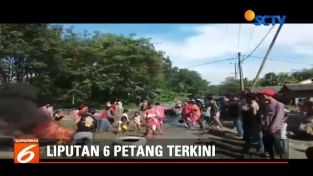 Warga memasang palang dan bakar ban bekas sebagai aksi protes terkait jalan rusak di kecamatan Rumpin Bogor.