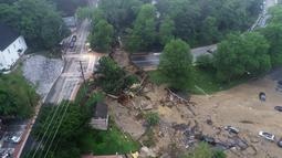 Pemandangan kehancuran akibat banjir bandang yang melanda Ellicott City, Maryland, Amerika Serikat, Senin (28/5). Banjir bandang merusak rumah, toko, restoran, dan bangunan lainnya. (DroneBase via AP)