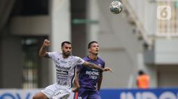 Gelandang Persita, Raphael Maitimo (kanan) berusaha melewati gelandang Bali United, Brwa Nouri saat laga pekan keempat BRI Liga 1 2021/2022 di Stadion Pakansari, Bogor, Jumat (24/09/2021). Bali United menang tipis atas Persita Tangerang 2-1.  (Bola.com/Bagaskara Lazuardi)
