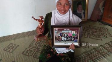 Berkat pupuk yang dia buat, petani ini akhirnya bisa menapakkan kaki di luar negeri. | Sumber Foto: Abdul Jalil/MadiunPos