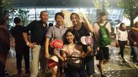 Nori (paling kiri) dan keempat temannya rela hujan-hujanan demi nonton closing ceremony Asian Games 2018. (Cakrayuri Nuralam)