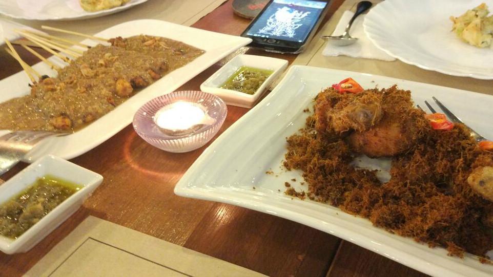 Ayam goreng dan sate ayam di Restoran Garuda di Filipina (Liputan6.com/Citra Dewi)