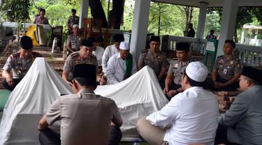 Wakapolri Komjen Pol. Syafruddin dan rombongan melakukan ziarah di komplek pemakaman Gajah Ngambung, Cirebon, Jabar, Jumat (25/11). Wakapolri meminta kepada para kiayi untuk menjaga keutuhan NKRI dan tidak terpancing isu SARA (Foto : Polri)
