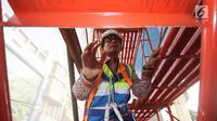 Wagub DKI Jakarta, Sandiaga Uno meninjau proyek MRT di Jakarta, Jumat (20/10). Pembangunan MRT fase 1 (Lebak Bulus-Bundaran HI) ditargetkan pada akhir 2017 mencapai 90 persen. (Liputan6.com/Immanuel Antonius)