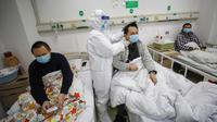 Dokter memeriksa kondisi pasien kritis virus corona atau COVID-19 di Rumah Sakit Jinyintan, Wuhan, Provinsi Hubei, China, Kamis (13/2/2020). China melaporkan 254 kematian baru dan lonjakan kasus virus corona sebanyak 15.152. (Chinatopix Via AP)