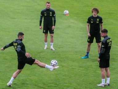 Para pemain Republik Ceko mengambil bagian dalam sesi latihan di base camp mereka di Praha, Republik Ceko, Kamis (1/7/2021). Republik Ceko akan melawan Denmark pada perempat final Euro 2020. (Michal Cizek/AFP)