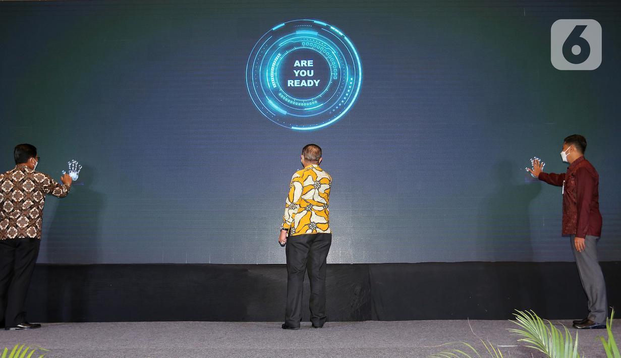 Dirut BPJamsostek Anggoro Eko Cahyo (kanan) Sekretaris Utama Badan Pelindungan Pekerja Migran Indonesia (BP2MI) Tatang Budie Utama Razak (tengah) dan Dirut Bank Mandiri Darmawan Junaidi (kiri) meluncurkan kanal pembayaran iuran BPJamsostek di Jakarta, Kamis (27/5/2021).(Liputan6.com/Fery Pradolo)