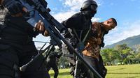 Prajurit TNI Batalyon Raider 112/Dharma Jaya membawa sandera menuju helikopter pada latihan penanggulangan anti teror di Banda Aceh, Sabtu (11/5/2019). Penanggulangan anti teror merupakan bagian dari latihan pemeliharaan prajurit Raider dalam menanggulangi berbagai gangguan. (CHAIDEER MAHYUDDIN/AFP)