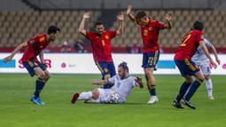Pemain Kosovo Vedat Muriqi (tengah) ditangani oleh para pemain Kosovo pada pertandingan Grup B babak kualifikasi Piala Dunia 2022 antara di Stadion La Cartuja, Seville, Spanyol, Rabu (31/3/2021). Spanyol menang 3-1. (AP Photo/Miguel Angel Morenatti)