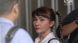 Ekspresi Roro Fitria saat tiba di PN Jakarta Selatan, Kamis (28/6). Dengan rambut dikepang ke samping, Roro menghadiri sidang dengan mengenakan kemeja putih dan celana bahan hitam. dengan agenda pembacaan dakwaan. (Liputan6.com/Faizal Fanani)