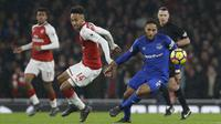 Aksi pemain Everton, Ashley Williams (kanan) berebut bola dengan penyerang Arsenal, Pierre-Emerick Aubameyang pada laga Premier League di Emirates Stadium, London, (3/2/2018). Arsenal menang 5-1. (AP/Alastair Grant)
