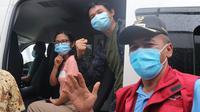 Wali Kota Palu, Hidayat bersama pasien Covid-19 yang sembuh pada 29 Mei, 2020. Per tanggal 2 Agustus, 2020, semua pasien positif di Kota Palu dinyatakan sembuh. (Foto: Liputan6.com/ Heri Susanto).