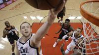 Aksi Joe Ingles saat Jazz mengalahkan Rockets di gim kedua semifinal Wilayah Barat NBA (AP)