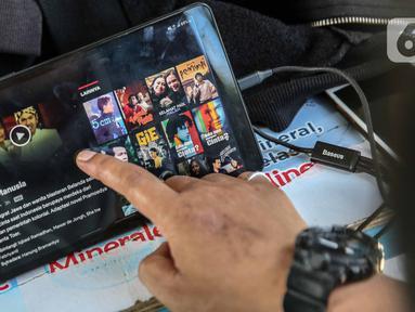 Warga nonton film  Indonesia di salah satu aplikasi perangkat elektronik di Jakarta, Selasa (5/5/2020). Kemenparekraf mengajak masyarakat untuk menonton film-film Indonesia dalam mengisi waktu bekerja dari rumah atau work from home (WFH). (Liputan6.com/Faizal Fanani)