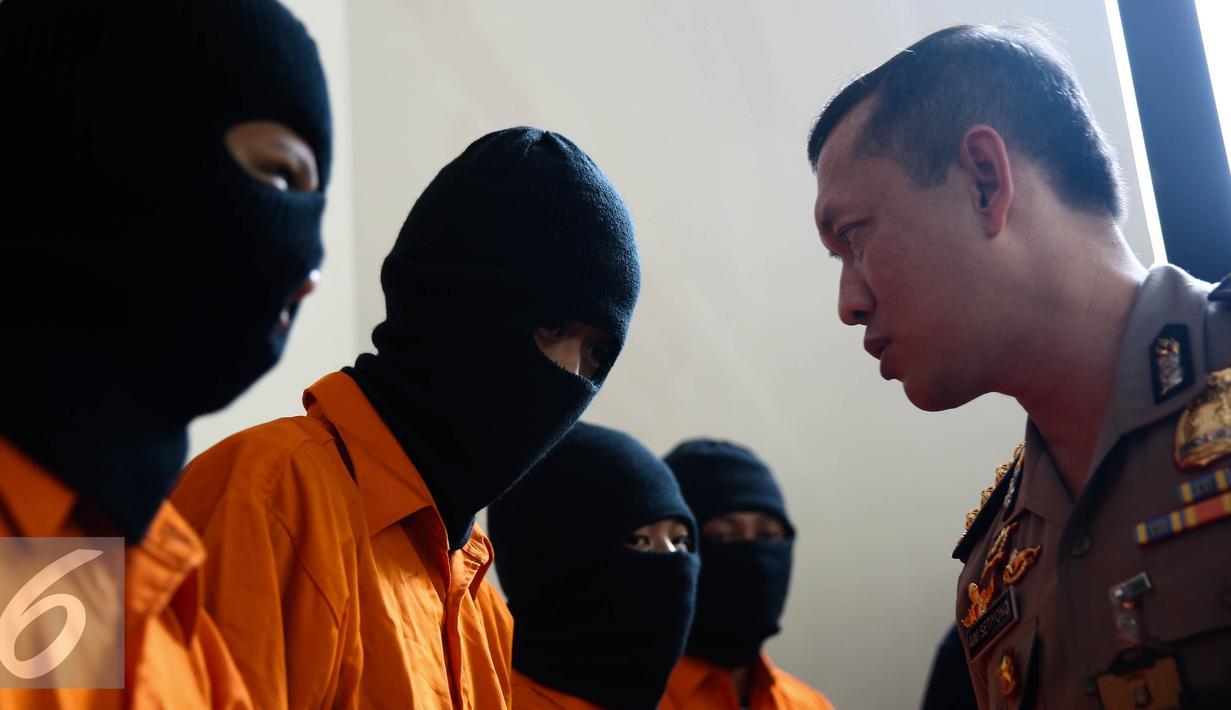 Tersangka dihadirkan saat rilis terkait begal oleh Subdit 3 Resmob Ditreskrimum Polda Metro Jaya di Jakarta, Jumat (26/8). Dalam penangkapan tersebut Subdit 3 Resmob DIT Reskrimum Polda Metro Jaya mengamankan 4 tersangka. (Liputan6.com/Faizal Fanani)