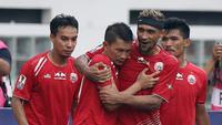 Para pemain Persija Jakarta merayakan gol yang dicetak oleh Ismed Sofyan, ke gawang Bali United pada laga Piala Indonesia 2019 di Stadion Wibawa Mukti, Minggu (5/5). Persija menang 1-0 atas Bali United. (Bola.com/M Iqbal Ichsan)
