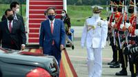 Perdana Menteri Jepang Yoshihide Suga berjalan menuju mobilnya setibanya di Bandara Halim Perdanakusuma, Jakarta, 20 Oktober 2020. Lawatan kenegaraan tersebut dalam rangka meningkatkan hubungan bilateral antar kedua negara. (Indonesian Presidential Palace via AP)