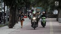 Sejumlah pengendara sepeda motor nekat menaiki jalur trotoar untuk menghindari kemacetan di Jalan Casablanca, Jakarta, Senin (8/1) (Liputan6.com/Arya Manggala Nuswantoro)