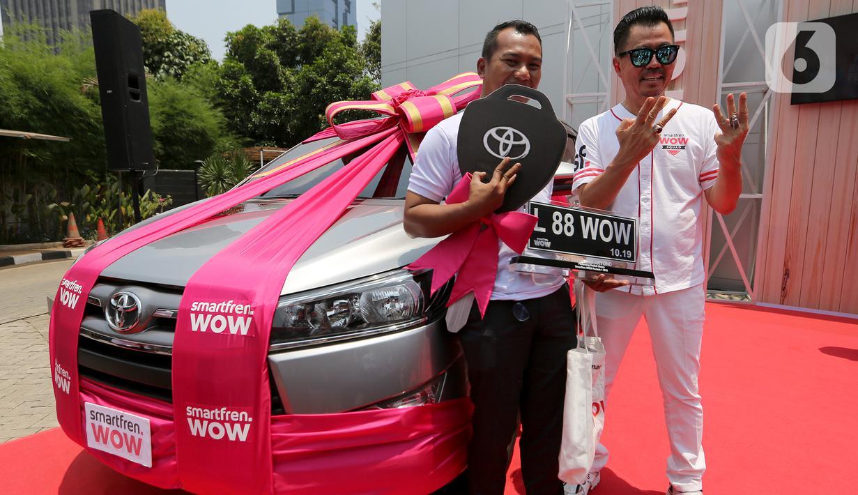 Deputy CEO SmartFren Djoko Tata Ibrahim foto bersama pemenang mobil program undian SmarFren WOW di Jakarta, Senin (14/10/2019). Program Undian SmartFren WOW merupakan program apresiasi untuk mewujudkan mimpi pelanggan.(Liputan6.com/HO/Agus)