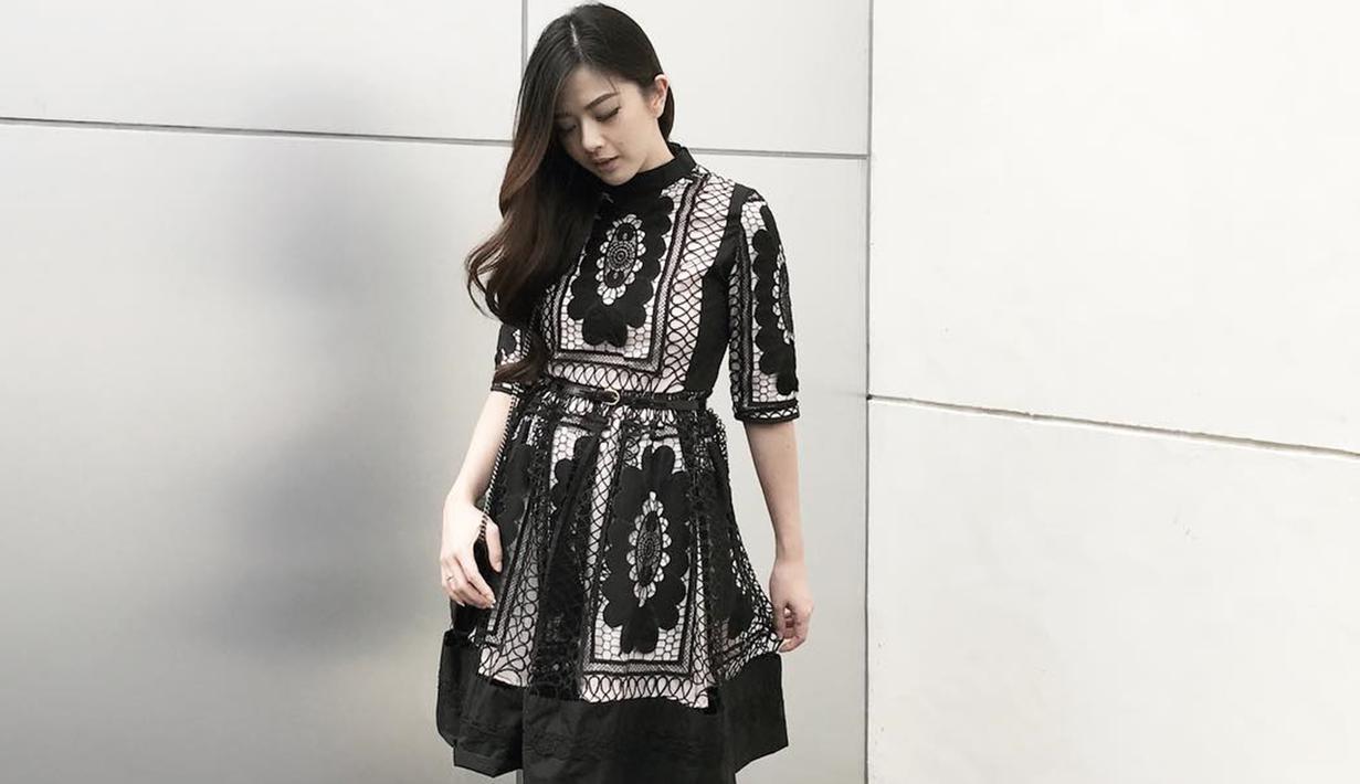Ibu satu anak ini memang diketahui punya penampilan yang modis. Seperti kali ini, Franda tampil anggun dengan dress berwarna hitam. Motif bunga di busananya, membuat gaya artis sekaligus presenter ini terlihat makin elegan dan memesona.  (Liputan6.com/IG/frandaaa87)