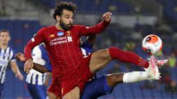 Striker Liverpool, Mohamed Salah berusaha mengontrol bola saat melawan Brighton & Hove Albion pada lanjutan pertandingan Liga Inggris di Stadion Falmer, Kamis (9/7/2020) dini hari WIB. Liverpool berhasil kalahkan Brighton dengan skor 3-1.  (AP Photo/Catherine Ivill,Pool)