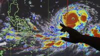 Petugas meteorologi Filipina sedang menunjukkan pergerakan Topan Mangkhut (AP)