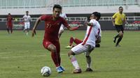 Striker Timnas Indonesia U-22, Muhammad Rafli, berusaha melewati pemain Timnas Iran U-23 pada laga uji coba internasional di Stadion Pakansari, Bogor, Sabtu (16/11). Indonesia menang 2-1 atas Iran. (Bola.com/Yoppy Renato)