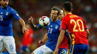 Gelandang Italia, Federico Bernardeschi (tengah) berusaha mengontrol bola dari kawalan pemain Spanyol saat bertanding di kualifikasi Piala Dunia 2018 di Stadion Santiago Bernabeu di Madrid, (2/9). Spanyol menang atas Italia 3-0. (AP Photo / Paul White)