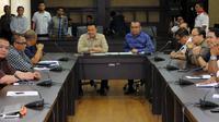 Menpora Imam Nahrawi (kiri – hadap lensa) memimpin pertemuan dengan 18 klub PSSI dan PT Liga Indonesia di Kantor Kemenpora, Jakarta, Senin (27/4/2015). Pertemuan berlangsung tertutup dan berakhir tanpa keputusan. (Liputan6.com/Helmi Fithriansyah)