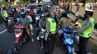 Petugas memeriksa identitas pengendara dalam rangka Pemberlakuan Pembatasan Kegiatan Masyarakat (PPKM) Darurat di pos penyekatan Pasar Jumat, Jakarta, Sabtu (3/7/2021). Polda Metro Jaya menyiapkan 63 titik penyekatan selama penerapan PPKM Darurat di Jakarta dan sekitarnya. (merdeka.com/Arie Basuki)