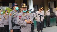 Kapolda Sulteng, Irjen Pol. Syafril Nursal, saat memimpin apel kesiapan personel di Sulteng menghadapi pandemi Covid-19, Senin (6/4/2020). (Foto: Humas Polda Sulteng).