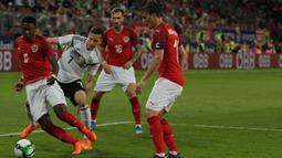 Gelandang Jerman, Julian Draxler, berusaha merebut bola dari para pemain Austria pada laga persahabatan di Stadion Woerthersee, Klagenfurt, Sabtu (2/6/2018). Austria menang 2-1 atas Jerman. (Bola.com/Reza Khomaini)