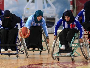 Wanita penyandang disabilitas mengambil bagian dalam kejuaraan bola basket kursi roda lokal di Sanaa, Yaman, 9 Desember 2019. Di Yaman yang dilanda konflik, sembilan tim termasuk lima kelompok wanita, berkompetisi dalam kejuaraan basket lokal untuk penyandang disabilitas. (MOHAMMED HUWAIS/AFP)