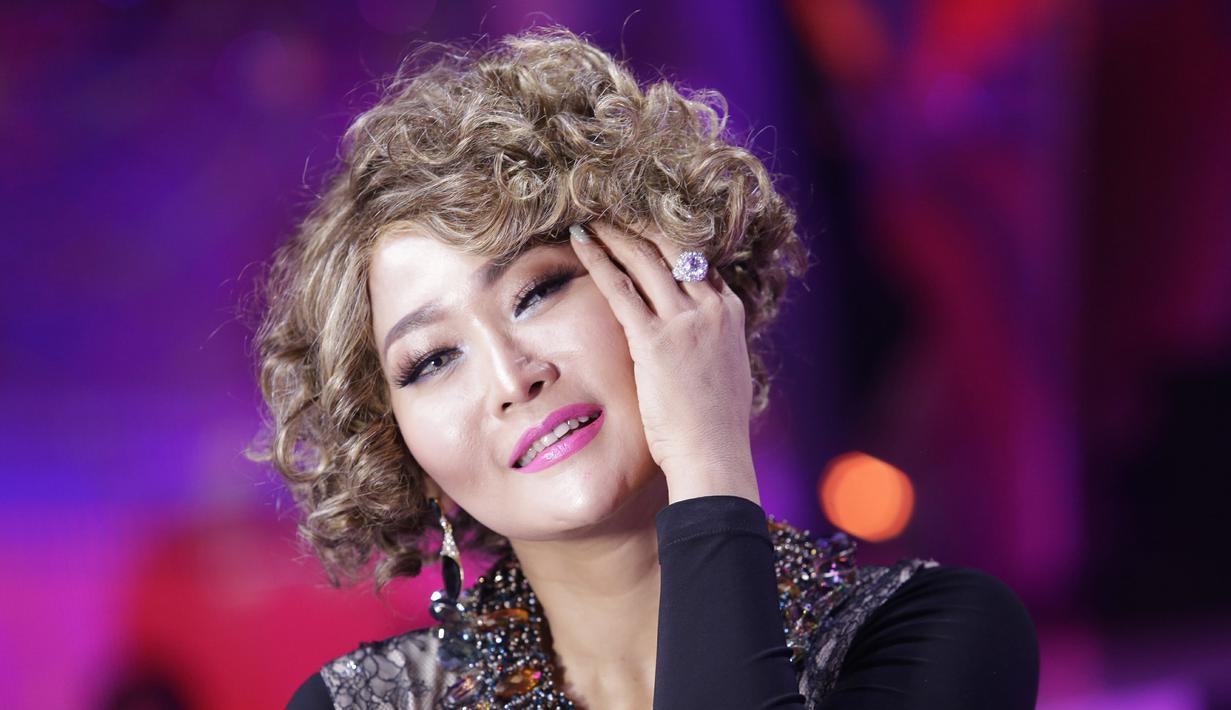 Penyanyi cantik Inul Daratista memiliki kekhasan tersendiri saat tampil di layar kaca. Ya, selain gaunnya yang glamor dan mewah, ia sangat khas dengan rambutnya yang kerap bergonta-ganti. (Kapanlagi.com/Agus Apriyanto)