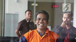 Terduga penyuap Bupati Subang Imas Aryumningsih, Data usai menjalani pemeriksaan di Gedung KPK, Jakarta, Rabu (21/3). Data diperiksa sebagai tersangka suap terkait perizinan di Pemkab Subang. (Liputan6.com/Herman Zakharia)