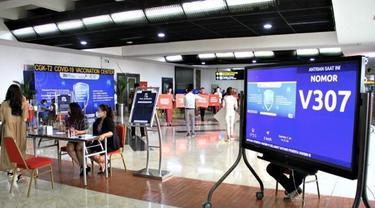 Ribuan calon penumpang serbu sentra vaksinasi di Bandara Internasional Soekarno Hatta.