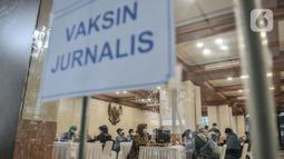 Tim medis saat memeriksa riwayat kesehatan peserta jurnalis sebelum mengikuti vaksinasi Covid-19 di Balai Kota, Jakarta, Senin (29/3/2021). Vaksinasi ini dimulai pada 24 Maret 2021 hingga 15 April 2021 untuk dosis pertama dengan target 400 orang per hari. (merdeka.com/Iqbal S. Nugroho)